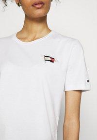 Tommy Hilfiger - REGULAR FLAG TEE - T-shirt basique - white - 3
