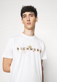 John Richmond - ILESANDI - Print T-shirt - off white - 3