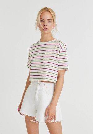MIT SCHMALEN STREIFEN - T-Shirt print - white