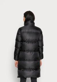 Calvin Klein Jeans - SHINY LONG PUFFER - Kabát zprachového peří - black - 3