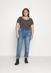 Simply Be - FERN BOYFRIEND - Jeans Tapered Fit - stone blue denim - 1