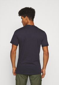 Les Deux - ENCORE  - T-shirts med print - dark navy/rusty brown - 2