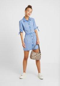 Miss Selfridge Petite - SHIRT DRESS - Farkkumekko - blue - 2