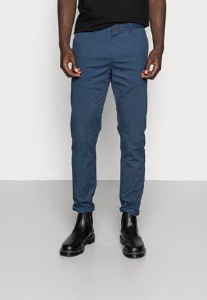 MOTT CLASSIC SLIM FIT - Pantalones chinos - steel