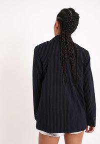 Pimkie - MIT KARO-PRINT - Short coat - marineblau - 2