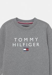 Tommy Hilfiger - FLAG CREWNECK - Sweater - medium grey heather - 2