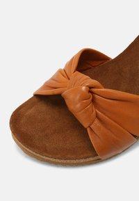 Bullboxer - Wedge sandals - tann - 5