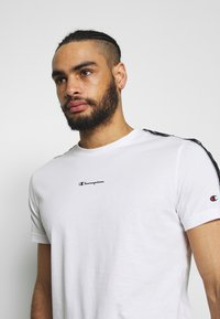 Champion - CREWNECK - T-shirt con stampa - white - 3