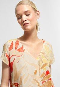 comma - Print T-shirt - coral leaf - 3