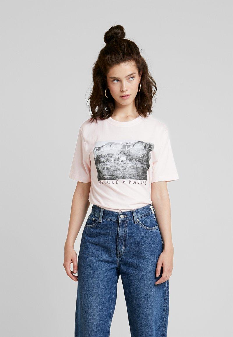 Merchcode - LADIES LOVE NATURE TEE - Camiseta estampada - pink marshmallow