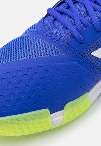 adidas Performance - COURTJAM BOUNCE - Tenisové boty na všechny povrchy - sonic ink/footwear white/signal green - 5