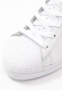 adidas Originals - SUPERSTAR ELLURE  - Høye joggesko - footwear white/gold metallic/core black - 8