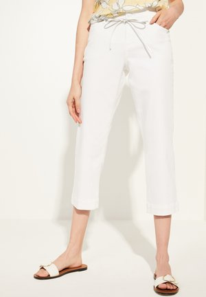 MIT BINDEGÜRTEL - Trousers - white