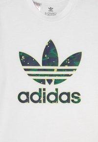 adidas Originals - TEE UNISEX - T-shirt print - white - 2