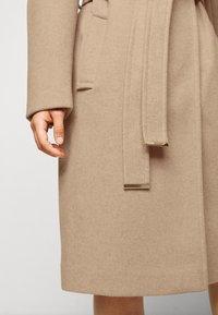 Dorothy Perkins Petite - FUNNEL COLLAR BELTED COAT - Classic coat - camel - 4