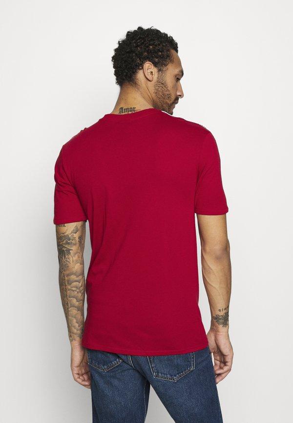 Nike Sportswear REPEAT - T-shirt z nadrukiem - gym red/white/czerwony Odzież Męska ZVOZ