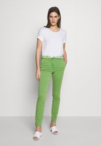 TOM TAILOR - BELTED SLIM - Chinos - sundried turf green - 1