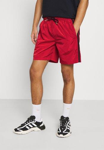 HARLAN - Shorts - red