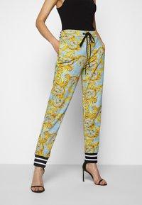 Versace Jeans Couture - Pantalon de survêtement - azzurro scuro - 0