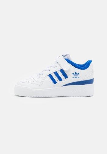 FORUM UNISEX - Sneakers basse - footwear white/team royal blue