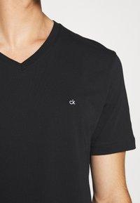 Calvin Klein - V-NECK CHEST LOGO - T-shirt - bas - black - 5