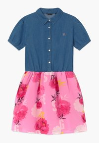 Guess - JUNIOR MIXED - Vestito di jeans - light-blue denim/light pink - 0