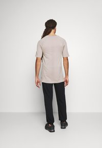 NU-IN - SHORT SLEEVE TRAINING  - Basic T-shirt - beige - 2