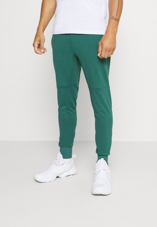 SUPERWICK TRACK PANTS - Verryttelyhousut - everglade