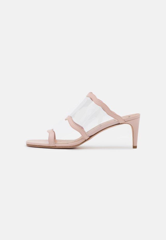 Pantofle na podpatku - nude/trasparente