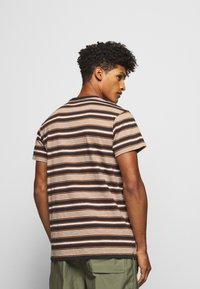 CLOSED - MEN´S TOP - T-shirt imprimé - antique wood - 2