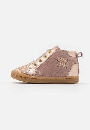KIKKI STAR - Chaussures premiers pas - pink/platine