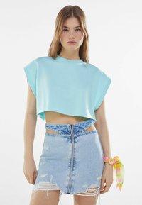 Bershka - MIT REISSVERSCHLUSS UND CUT-OUTS  - Gonna di jeans - blue denim - 0