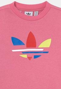 adidas Originals - CREW SET UNISEX - Survêtement - rose tone - 3