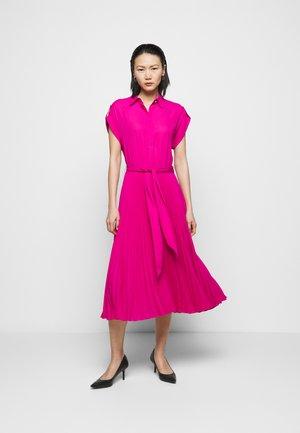 DRAPEY DRESS - Košilové šaty - nouveau bright pi