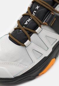 Salomon - X ULTRA 4 MID GTX - Chaussures de marche - lunar rock/magnet/buttersco - 5