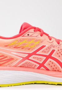 ASICS - GEL-CUMULUS 21 - Zapatillas de running neutras - sun coral/laser pink - 5