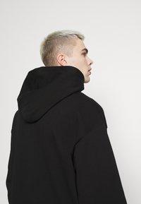 Weekday - RICHARD LABELED HOODIE - Sweatshirt - black - 4