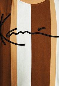 Karl Kani - SIGNATURE STRIPE TEE - Print T-shirt - beige - 6
