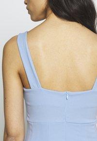WAL G PETITE - EXCLUSIVE V NECK MINI DRESS - Žerzejové šaty - pale blue - 5