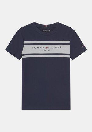 ESSENTIAL BLOCKING - Print T-shirt - twilight navy