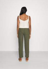 Vero Moda - VMASTIMILO ANKLE PANTS - Kalhoty - kalamata - 2