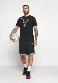 Nike Performance - NBA MILAUKEE BUCKS LOGO TEE - Klubbkläder - black - 1