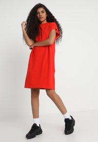 Weekday - PRIME DRESS - Žerzejové šaty - red - 0