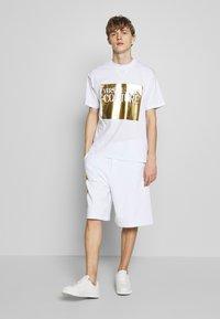 Versace Jeans Couture - T-shirt imprimé - white - 1