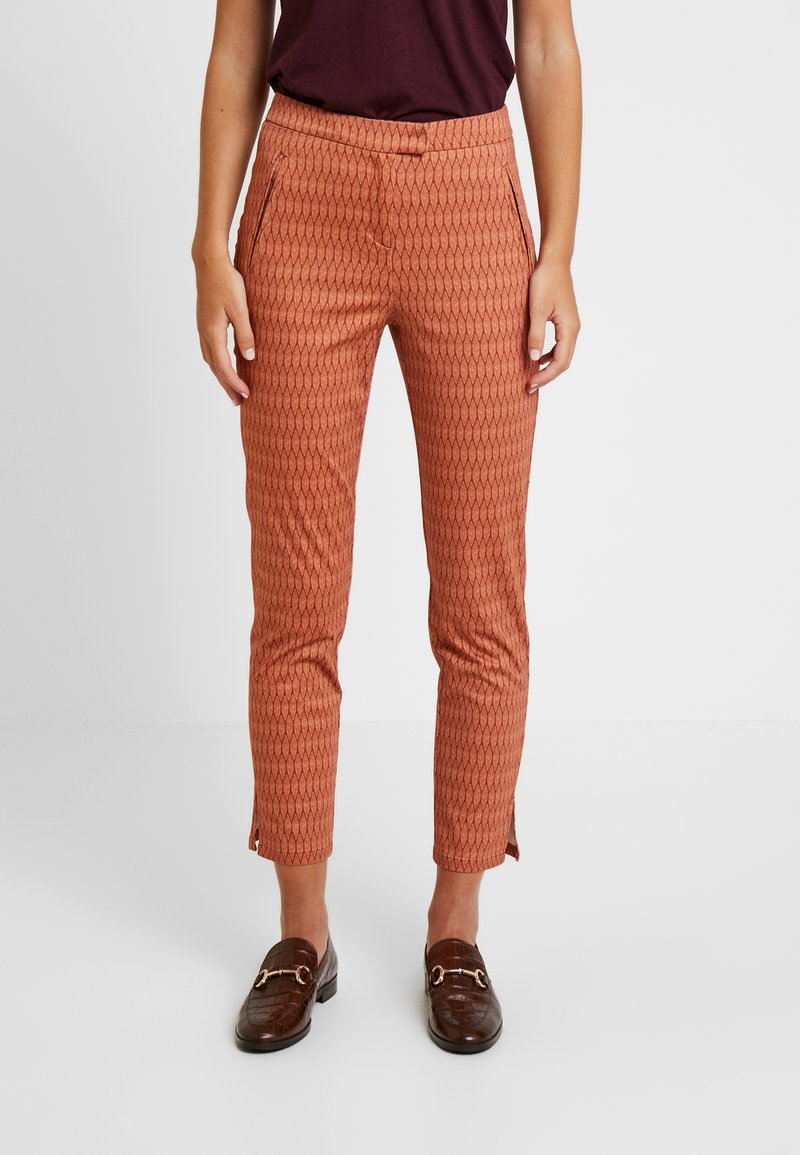 Yargici - FRONT CUT DETAILED TROUSERS - Chinos - bordeaux