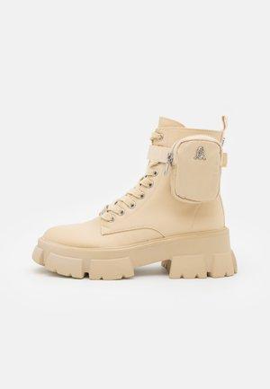 TANKER - Kotníkové boty na platformě - sand