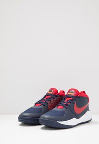 Nike Performance - TEAM HUSTLE D 9 UNISEX - Basketsko - midnight navy/university red/white - 3