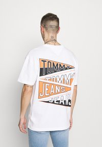 Tommy Jeans - BACK GRAPHIC TEE UNISEX - Print T-shirt - white - 2