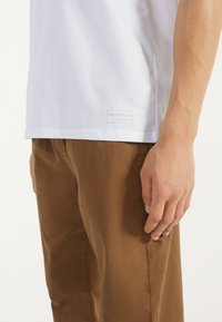 Bershka - MIT RUNDAUSSCHNITT - Basic T-shirt - white - 3