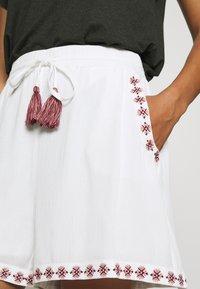 Vero Moda - VMNEWHOUSTON  - Shorts - snow white/multi - 4